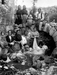 lavando en el arroyo