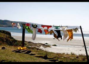 ropa tendida en la playa
